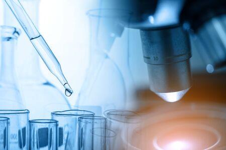 Mikroskop und Tropfen chemischer Flüssigkeit in Reagenzgläser mit Laborglas, Forschungs- und Entwicklungskonzept für wissenschaftliche Labors