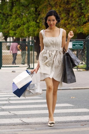 perls: Woman crossing the street while shopping in Paris