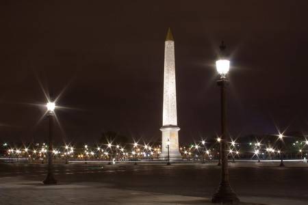 obelisc: Concorde obelisc by night, sparkling lamp posts and ray of lights