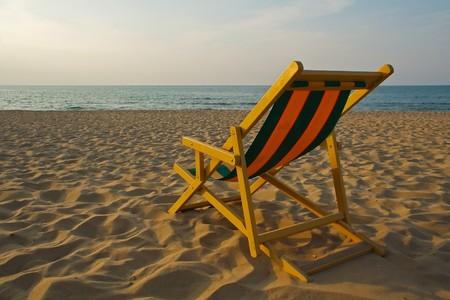 Transat face à la mer sur la plage italienne avec le coucher du soleil les couleurs chaudes