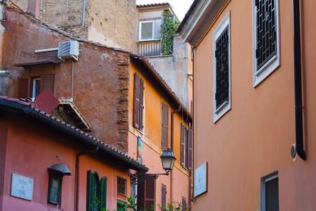colourful houses: Casitas de colores en el Trastevere, un barrio romano t�pico. Foto de archivo