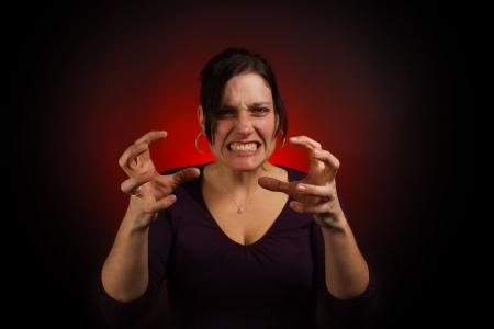 hormonas: Irritado modelo femenino y de mal humor, con garra