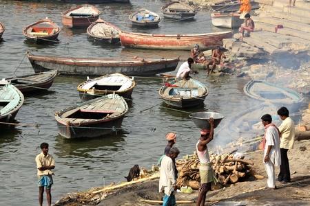 hindues: Para la mayor�a de los hind�es, la cremaci�n es el m�todo ideal para tratar con los muertos, a pesar de que muchos grupos practican el entierro en su lugar; ritual de cremaci�n en el costo del r�o sagrado Ganges, Varanasi, India