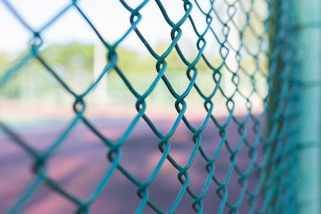 鋼のボケ味を持つメッシュ フェンス、セレクティブ フォーカスを使用