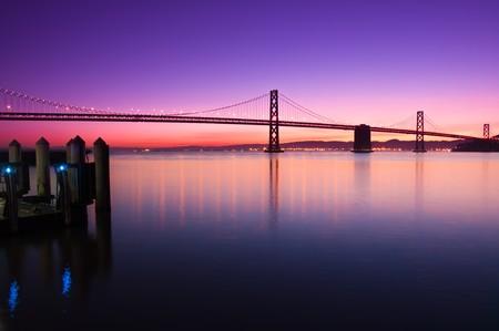 ちょうど日の出前に明確な空に対してシルエット、サンフランシスコのベイ ・ ブリッジ。