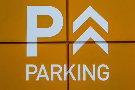 se�al parking: Naranja brillante muestra del estacionamiento Primer plano