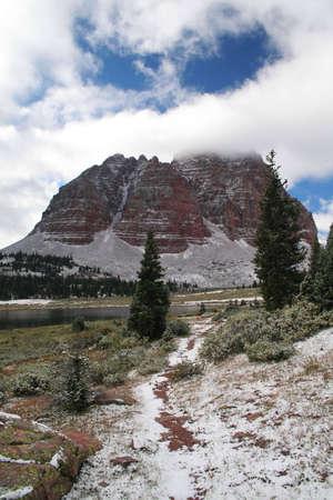 sentier enneig� dans les montagnes