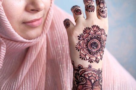 closeup of muslim women hand with henna mehedi 스톡 콘텐츠