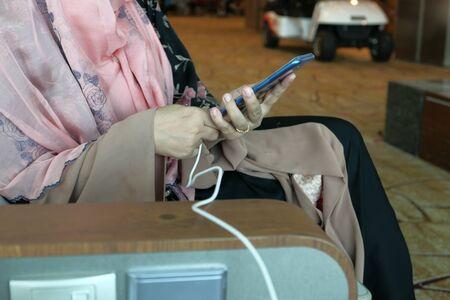 Close up of women charging smart phone at airport Zdjęcie Seryjne
