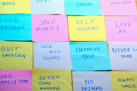 top view new year goals written on sticky notes on table Foto de archivo