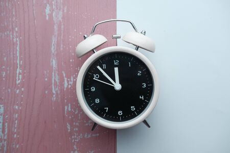 vintage alarm clock on pink background. Top view. Flat lay Stok Fotoğraf - 142101017