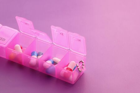 Close up of pink color pills in a pill box Banque d'images - 143291185