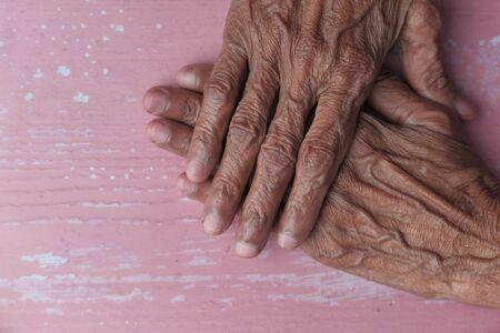 gros plan, de, femme aînée, mains, mis ensemble, sur, a, table