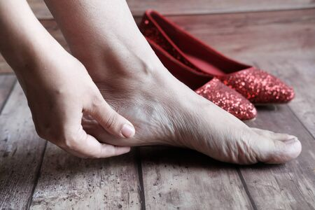 women touching her toes to release pain. 版權商用圖片
