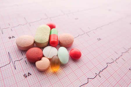 prescription medical pills on a cardio diagram. Banque d'images