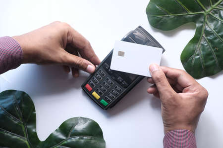contactless payment with Payment terminal charging from a card