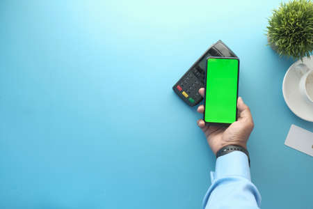 Payment terminal charging from a smart phone, contactless payment. Banque d'images