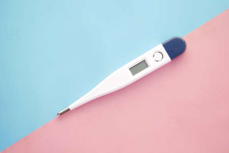 digital thermometer on pink background with copy space Standard-Bild