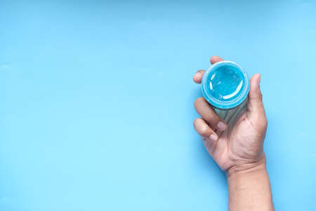hand hold a jar of hair gel, Standard-Bild