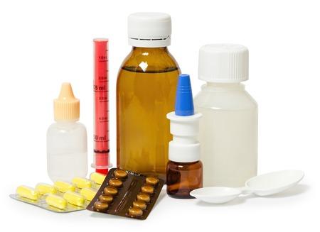 様々 な病気や症状の治療のための薬のセット。白い背景に分離