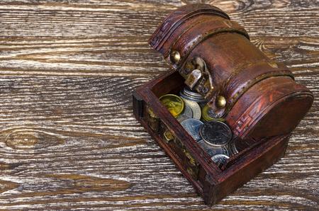 monedas antiguas: cofre del tesoro con monedas, hallazgos raros. Concepto de riqueza y cazadores.