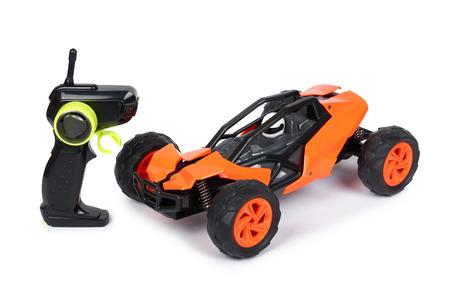 RC modelrally, off-road buggy met afstandsbediening. Geïsoleerd op witte sport als achtergrond, vreugde en pret.