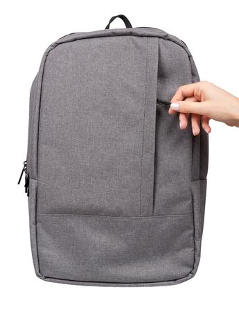 Mano con mochila escolar textil gris, mochila de calle de la ciudad. Aislado en blanco gackground