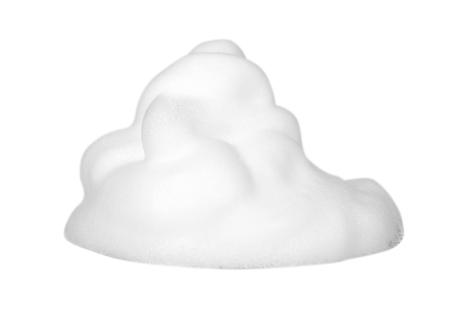 Burbujas de espuma blanca, mousse suave de belleza, foto de cerca. Aislado sobre fondo blanco Foto de archivo