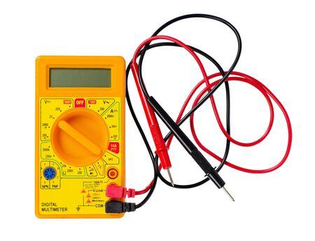 Multímetro de plástico amarillo, probador eléctrico. Aislado sobre fondo blanco.