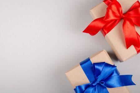 Coffret cadeau sur fond gris, présent avec ruban et archet. Mise à plat et photo vue de dessus avec espace de copie. Banque d'images