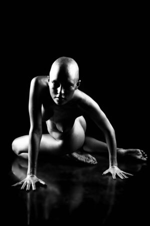 mujeres negras desnudas: Hermosa mujer calva. Sobre fondo negro.