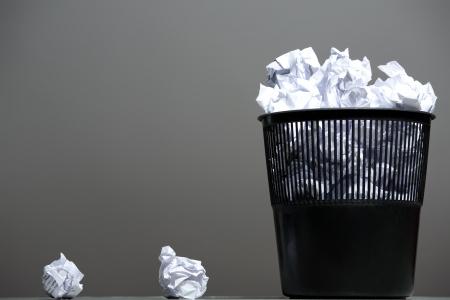 wastepaper basket: Cestino pieno di carte stropicciate
