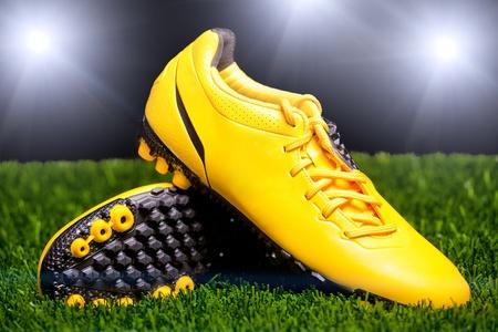 football play: Scarpe da calcio sul prato