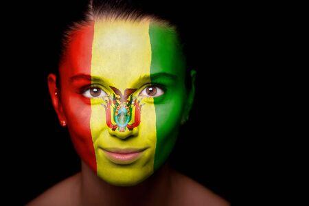 bandera de bolivia: Retrato de una mujer con la bandera de la Bolivia