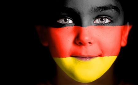 bandera de alemania: La cara del ni�o pintado con la bandera de Alemania. Foto de archivo