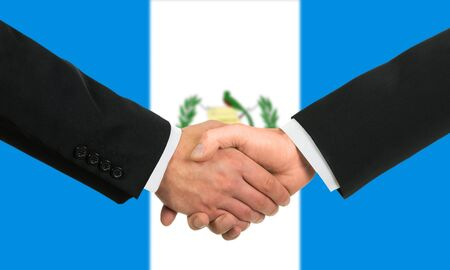 bandera de guatemala: La bandera de Guatemala y apret�n de manos de negocios Foto de archivo