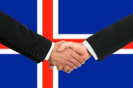 icelandic flag: La bandera de Islandia y el apret�n de manos de negocios Foto de archivo
