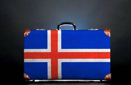 icelandic flag: La bandera de Islandia en una maleta para viajar.
