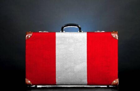 bandera peru: La bandera de Per� en una maleta para viajar. Foto de archivo