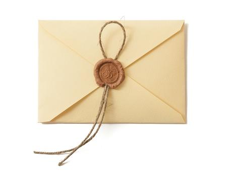 koperty: Koperta z pieczęcią na białym. Zbliżenie. Zdjęcie Seryjne