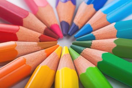 Kleur potloden in schikken in kleur wiel kleuren op een witte achtergrond Stockfoto