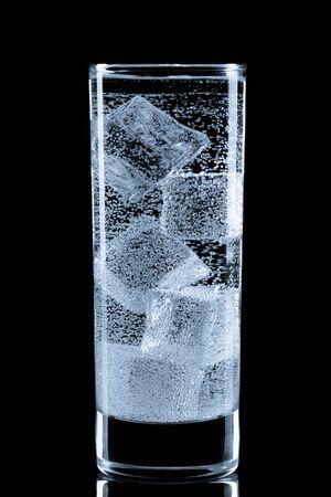 acqua di seltz: Vetro con acqua soda e cubetti di ghiaccio. Isolati su fondo nero. Archivio Fotografico