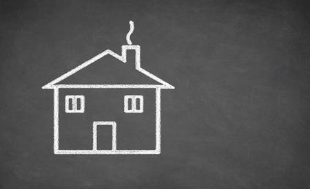Huis tekening op bord. Wit krijt en balckboard Stockfoto