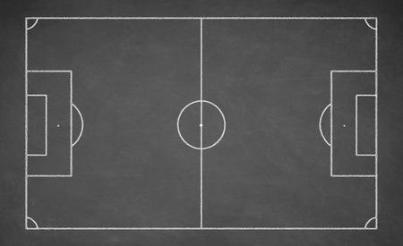 Voetbal bord getekend met wit krijt op een schoolbord