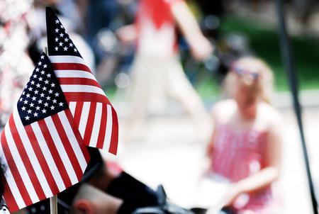 アメリカの国旗を示す 7 月パレードの第 4 回人々 によって神はアメリカを祝福します。 写真素材