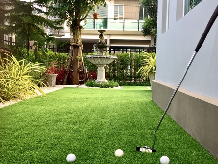 Home golfbaan, architectuur ontwerp van grasveld rond huis, kunstgras Stockfoto