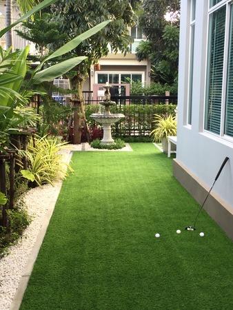Home golfbaan, architectuur ontwerp van grasveld rond huis, kunstgras