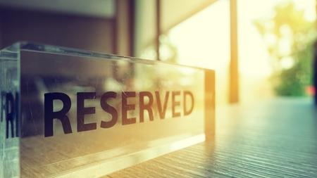 Reserviertes Schild aus Glas, klare Sicht und Luxus auf einem Restauranttisch