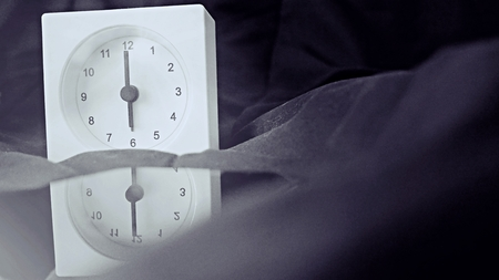 Alarm clock (6 o' clock in the morning) on the bed at home. Morning time background concept, soft focusing and vintage color style. Imagens - 121333118