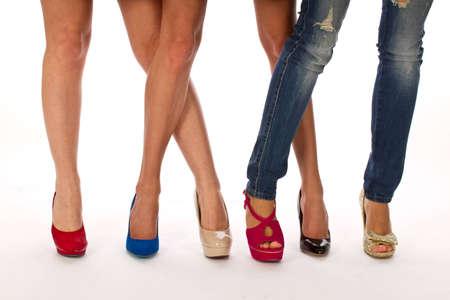 Piernas femeninas con zapatos, zapatos shooping Foto de archivo